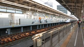 Shinkansen N700A serieavresor från denOsaka stationen lager videofilmer