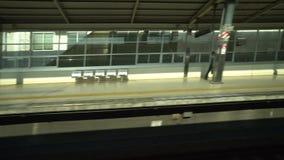 Shinkansen o un tren de bala japonés, Hikari, pasa la estación de Toyohashi almacen de metraje de vídeo