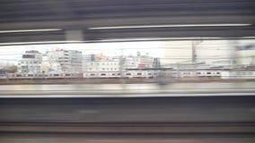 Shinkansen o un tren de bala japonés, Hikari pasa la estación de Toyohashi almacen de video