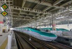 Shinkansen pociąg zatrzymuje przy stacją kolejową zdjęcie royalty free
