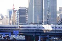 Shinkansen pociska pociąg biega na linii kolejowej przy Tokio, Japonia Obraz Royalty Free