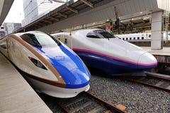 Shinkansen s'arrêtant à la station à Tokyo, Japon Images libres de droits
