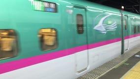 Shinkansen som kommer till drevstationen i Nagoya, Japan arkivfilmer