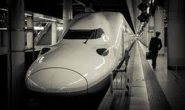 Shinkansen (trem de bala) e maestro que anda na estação de Ueno Fotos de Stock Royalty Free