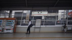 Shinkansen, tren de bala japonés, pasa la estación de Toyohashi metrajes