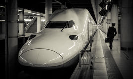Shinkansen (Ultrasnelle trein) en leider die in Ueno-post lopen Royalty-vrije Stock Foto's