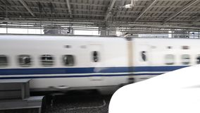 Shinkansenultrasnelle trein in de Centrale Post van Kyoto, Japan stock videobeelden