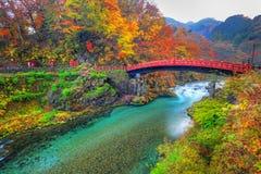 Shinkyo bro under höst i Nikko royaltyfri foto