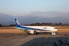 Shinmoedake Vulkan bricht aus, während Flugzeug auf Asphalt sitzt