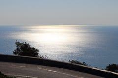 Shinning hav och väg arkivbild
