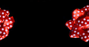 Shinny κόκκινο Ribon στο μαύρο πρότυπο εμβλημάτων Στοκ Εικόνα