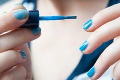 Shinny голубые ногти стоковые фотографии rf