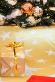 Shinny рождественская елка и настоящие моменты, абстрактная предпосылка Стоковые Изображения RF