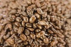 Shinny сухие зажаренные в духовке кофейные зерна на рынке стоковая фотография