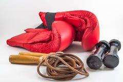 Shinny benutzte rote Verpacken glooves, dumbell und Trainingsseil, Isolator stockfoto