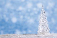 Shinny l'arbre de Noël en verre, neige abstraite Images stock
