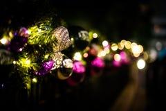 Shinny la décoration de Noël la nuit Photos stock