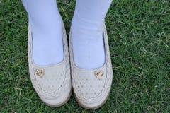 Shinnyschoeisel op het gras Meisje met mooie schoenen Leerschoenen op een gras worden geïsoleerd dat Hoogste mening van schoenpaa royalty-vrije stock fotografie
