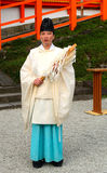 Shintoistischer Priester in Schrein Kasuga Taisha, Nara, Japan lizenzfreie stockfotografie