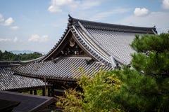 Shintoistischer Tempel gegen blauen Himmel über der Stadt von Kyoto Stockfoto