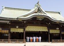 Shintoistischer Tempel mit Priestern Stockbilder