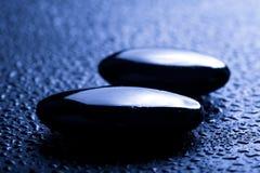 Shiny spa stenen met waterdalingen Stock Afbeeldingen
