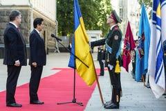 Shinzo Abe y Petro Poroshenko Fotos de archivo