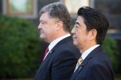 Shinzo Abe y Petro Poroshenko Imagen de archivo libre de regalías