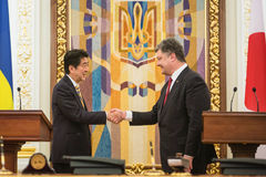 Shinzo Abe y Petro Poroshenko Foto de archivo
