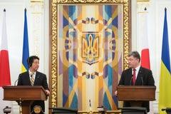 Shinzo Abe y Petro Poroshenko Imágenes de archivo libres de regalías