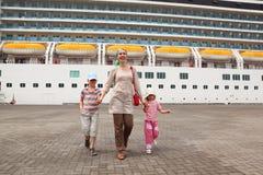 ship för familj för bakgrundskryssningdock Arkivfoton