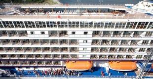 Ship för folk ombord på port royaltyfri fotografi