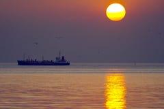 Ship i den härliga solnedgången Royaltyfria Bilder