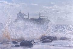 Ship i ett stormigt hav arkivfoto