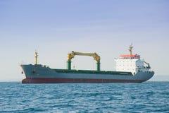 Ship i porten Arkivfoton