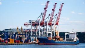 Ship i porten Arkivfoto