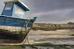 Ship in low tide before the storm Royalty Free Stock Photography