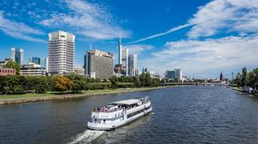 Ship on Main River in Frankfurt urban area summer Stock Foto's