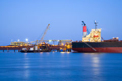 Ship och port på skymningen Arkivfoton