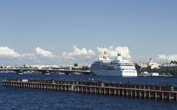 Ship på den Neva floden Arkivfoto