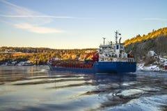 Ship som laddas med timmer Arkivbilder