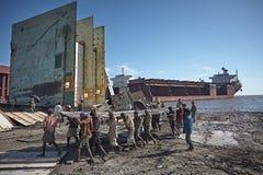 Shipbreaking op de stranden van Chitagong stock foto's