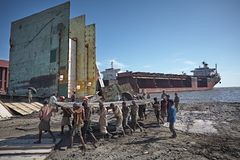 Shipbreaking sulle spiagge di Chittagong fotografie stock