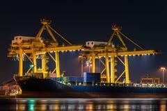 Shipen för behållarelastfraktar med den funktionsdugliga kranen överbryggar i shipya Royaltyfri Fotografi