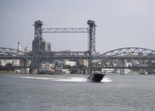 Shipen flottörhus under en drawbridge från söderna Royaltyfri Fotografi