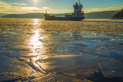 Shipen lämnar porten av för att halden Fotografering för Bildbyråer