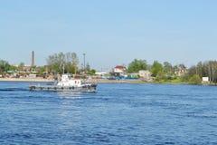Shipen seglar längs den Neva floden Arkivbild