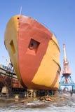 Shipen som är på, reparerar i en skeppsvarv Arkivbild