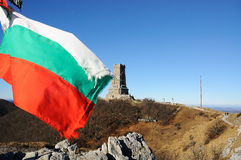 Shipka conmemorativo y bandera búlgara Imagenes de archivo