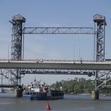 Shippasserandeen under drawbridgen Royaltyfri Bild